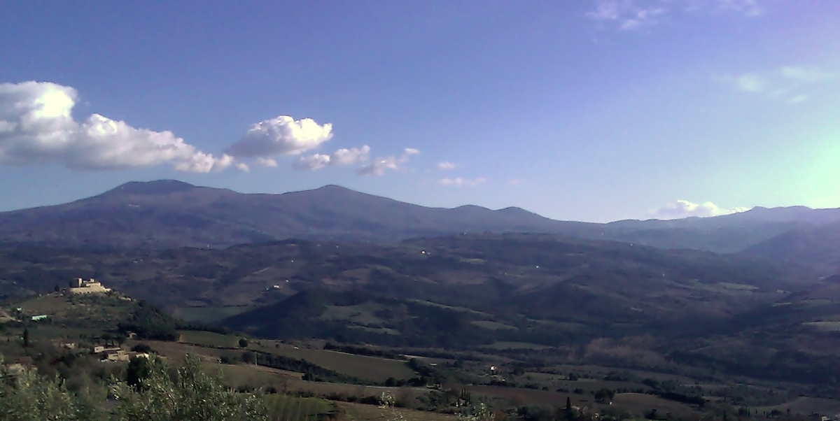Poggio di Sotto boasts a splendid view over southern Tuscany and the imposing Monte Amiata.